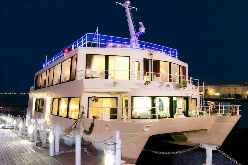桟橋に停泊しているライトアップされたセレブリティ2号