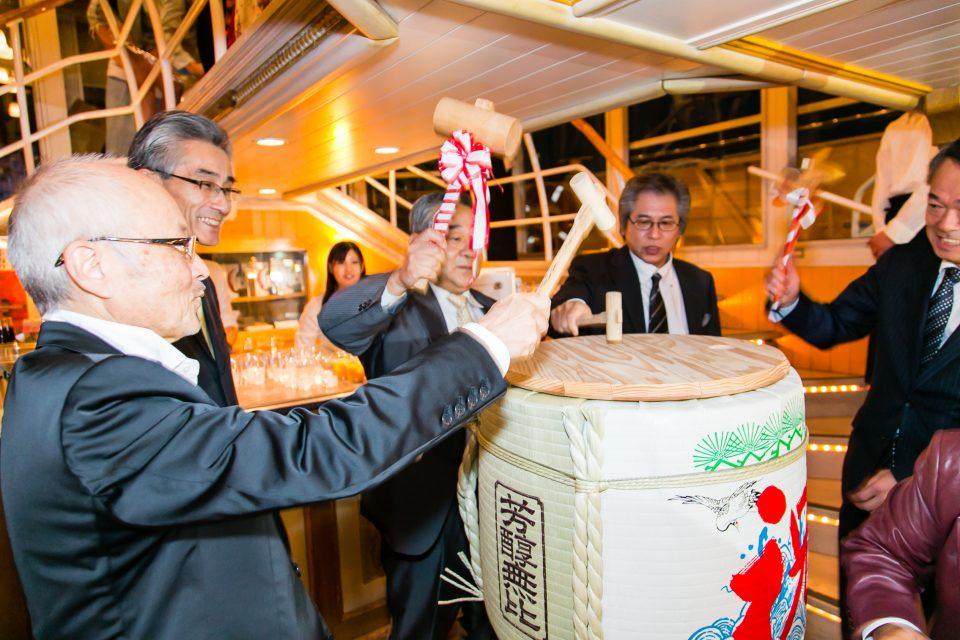 船内での樽酒の鏡割りの瞬間
