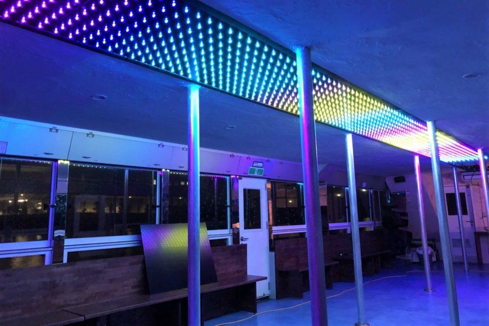 天井の虹色LEDでライトアップされたルーカス号の船内
