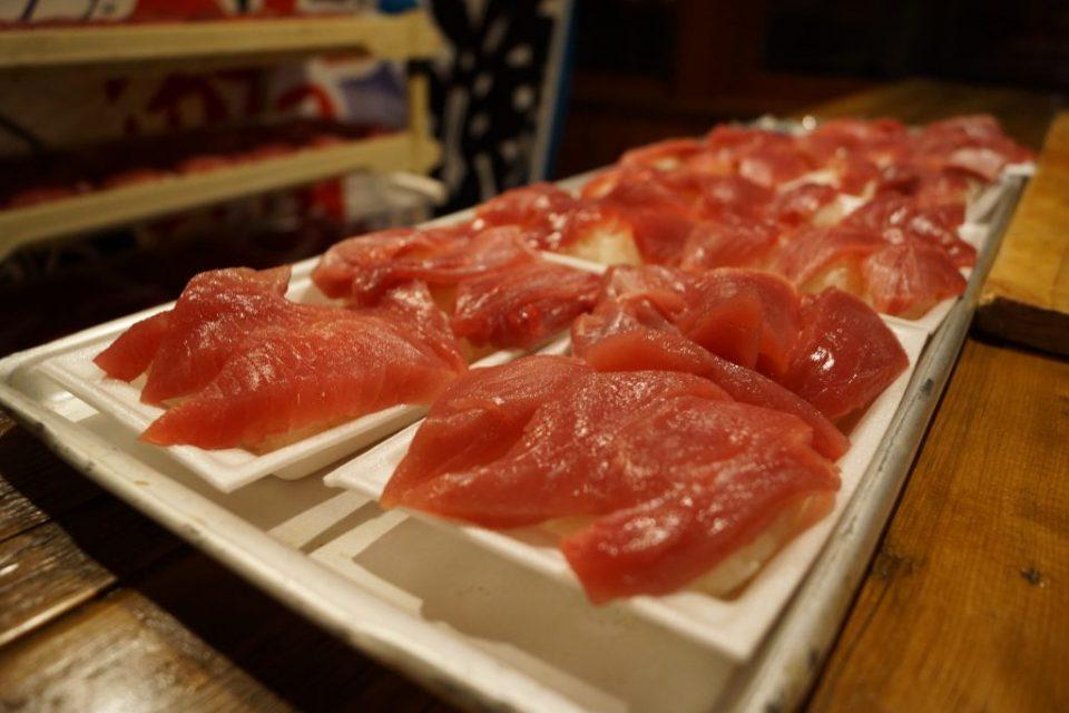 切り分けられ寿司に握られたマグロ