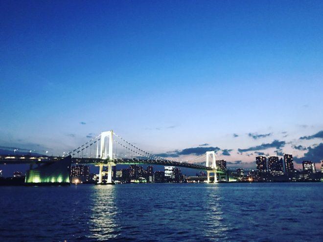 船上から眺めるライトアップされたレインボーブリッジの幻想的な景色