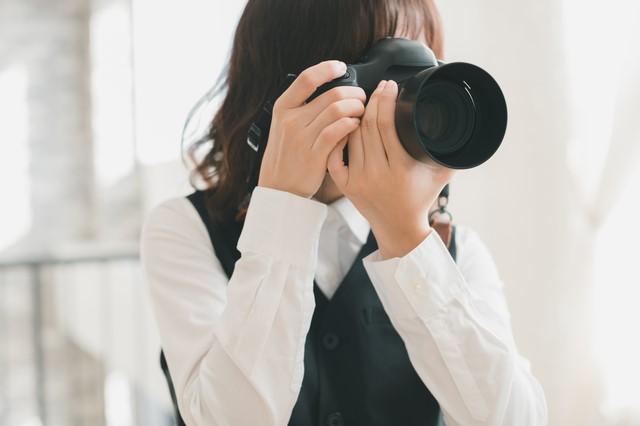 カメラを構える女性