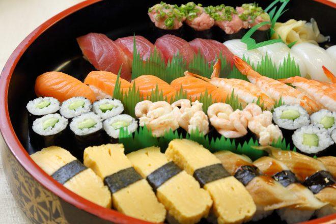 寿司桶にきれいに並ぶさまざまなお寿司