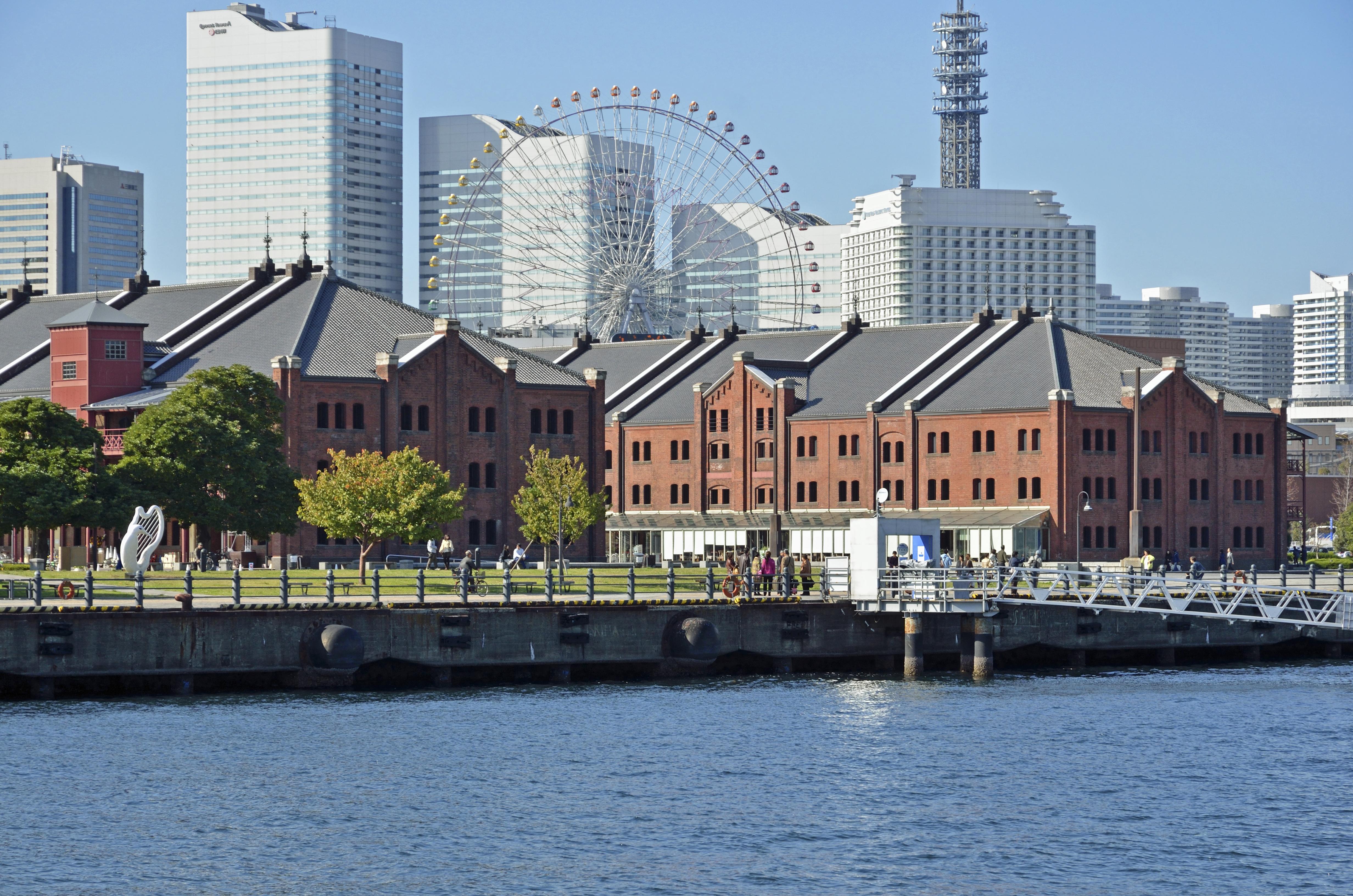 横浜の海から見た赤レンガ倉庫とみなとみらい21地区