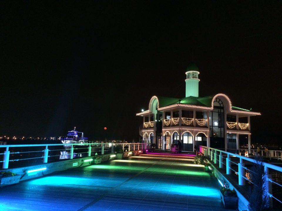 虹色にライトアップされたみなとみらいぷかりさん橋の夜景
