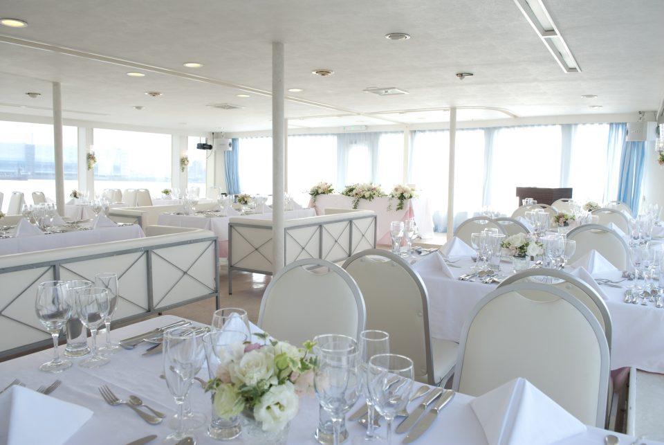 テーブルクロスや卓上装花で豪華に装飾されたセレブリティ2号の船内