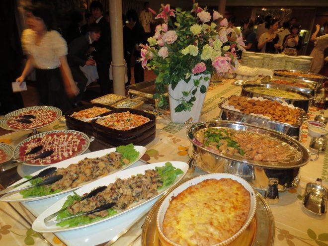 さまざまま料理が並ぶパーティー風景