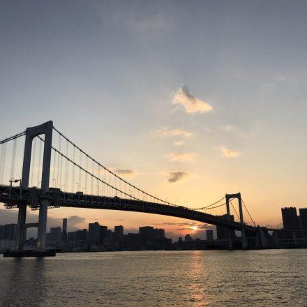 船上から眺めるレインボーブリッジと沈みゆく夕日