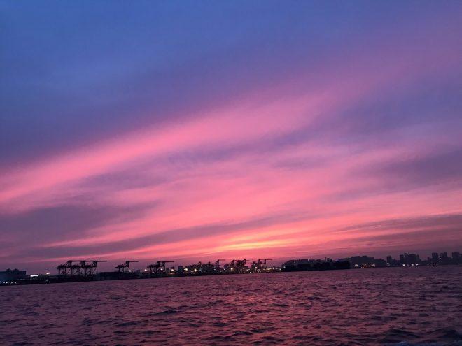 船上から眺める夕暮れ時の幻想的な景色