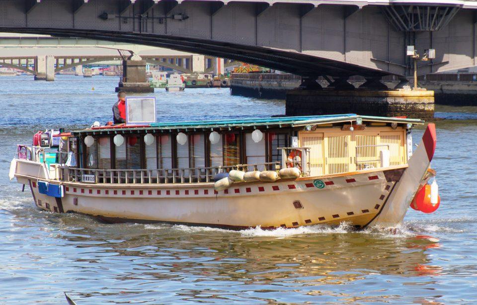 近くから見た屋形船