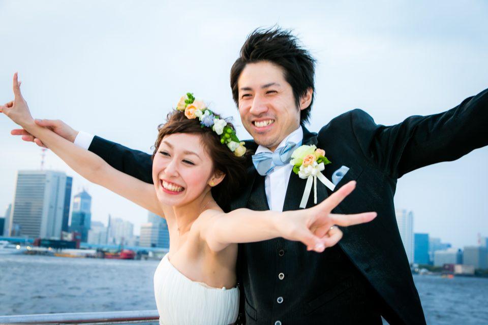 洋風屋形船の屋上デッキでポーズを取る幸せそうな新郎新婦