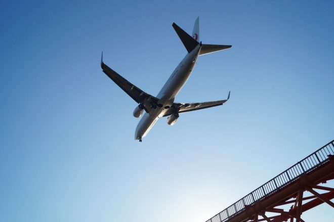 青空に飛び立つジャンボジェット機