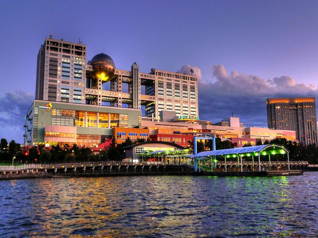 東京湾から見たお台場アクアシティとフジテレビの夜景