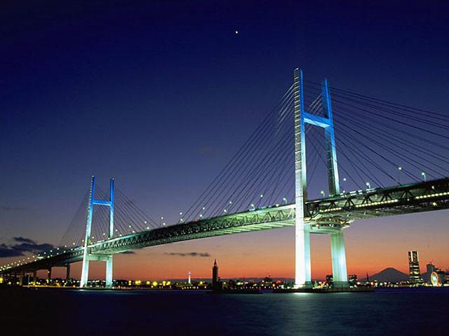夕焼け時のベイブリッジと横浜の夜景