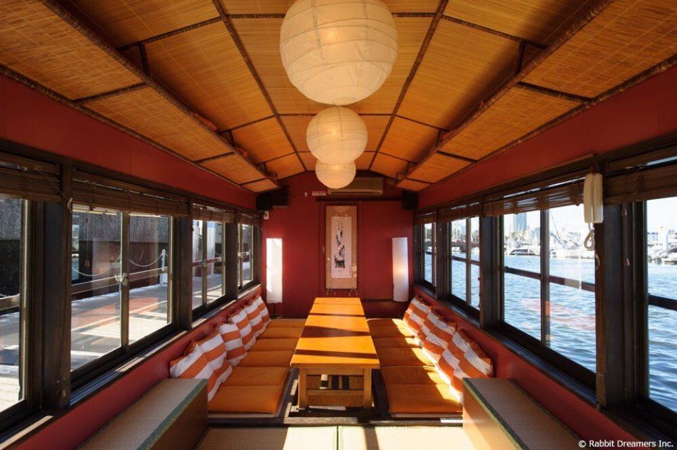 オレンジ色を基調に整えられたユメミヅキ号の船内