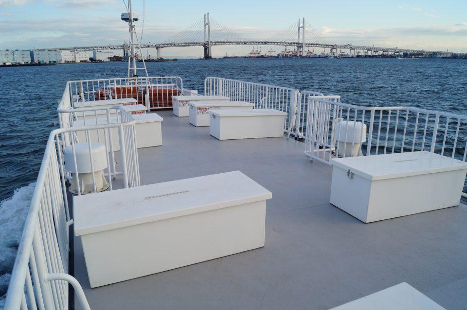 東京湾を運行するルーカス号の屋上デッキ