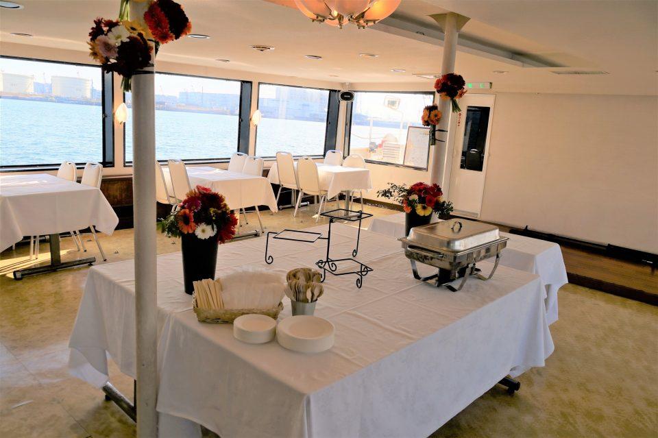 テーブルクロスと装花で演出されたセレブリティ2号の船内