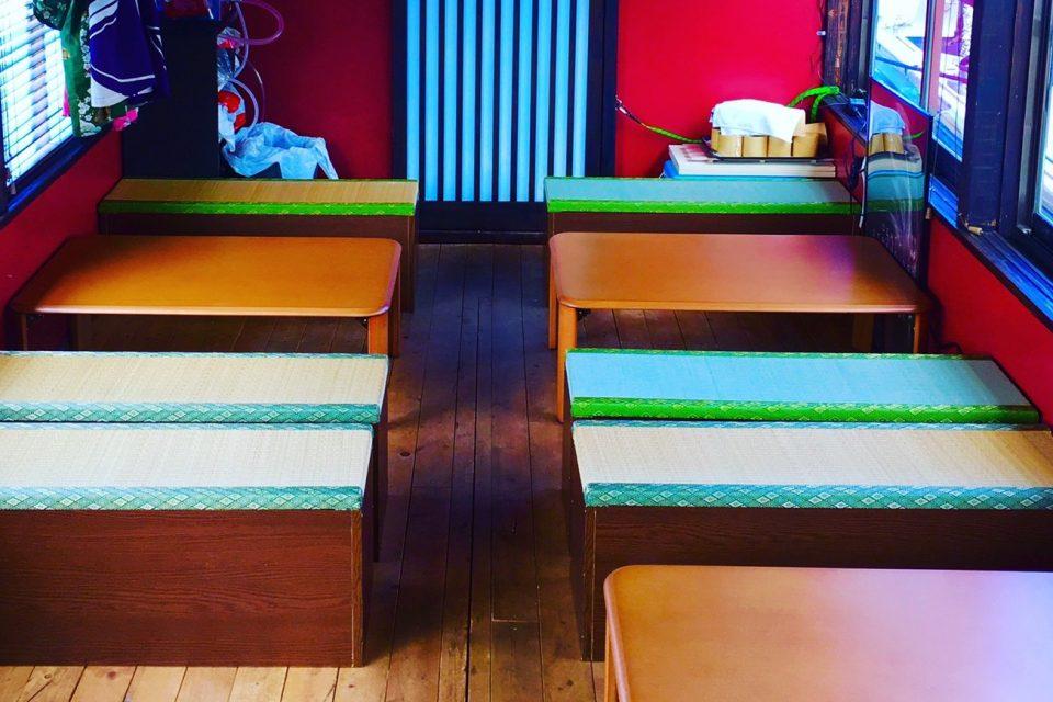 テーブルや和風ベンチが設置されたユメミヅキ号の船内