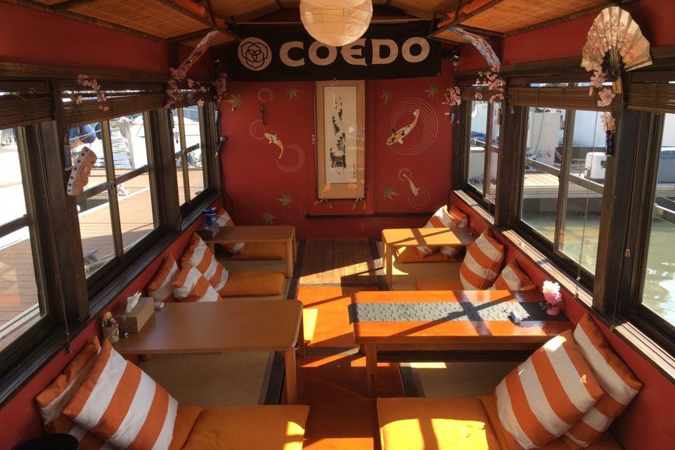 オレンジ色のクッションが特徴的なユメミヅキ号の船内