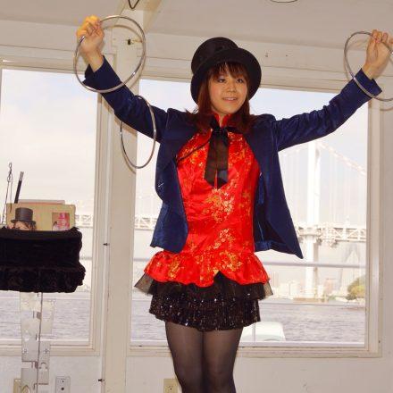 洋風屋形船のステージで舞台マジックを披露する女性マジシャン