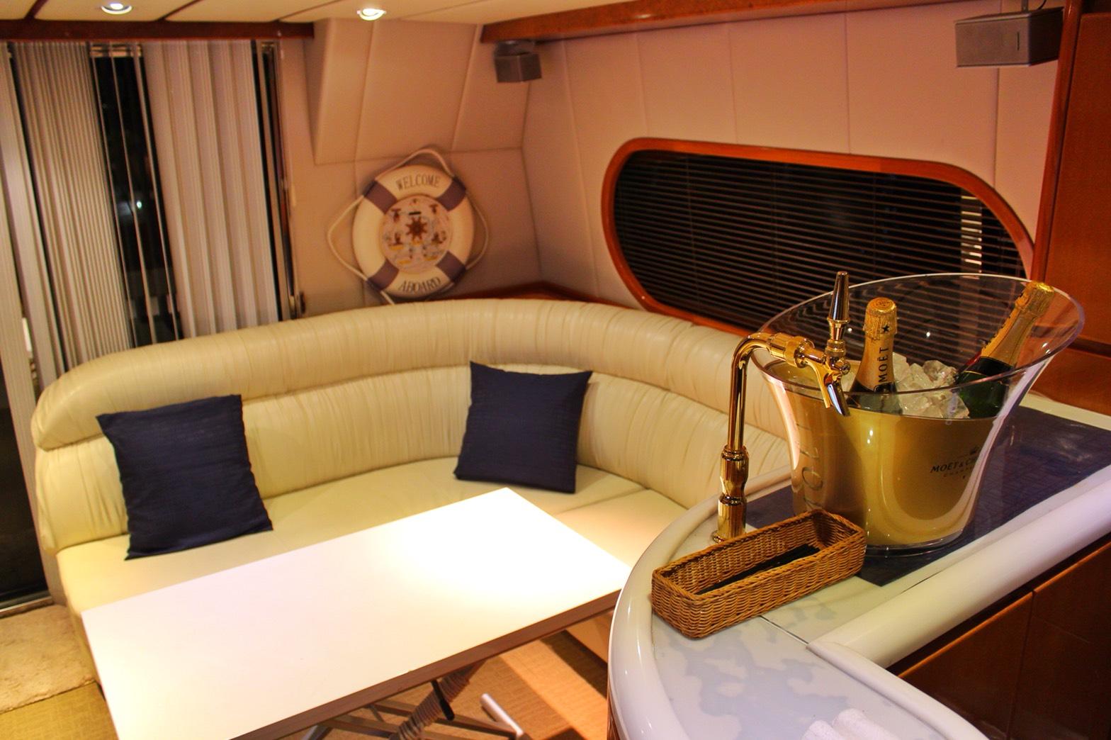 シャンパンが準備されたミッドブルー号の船内