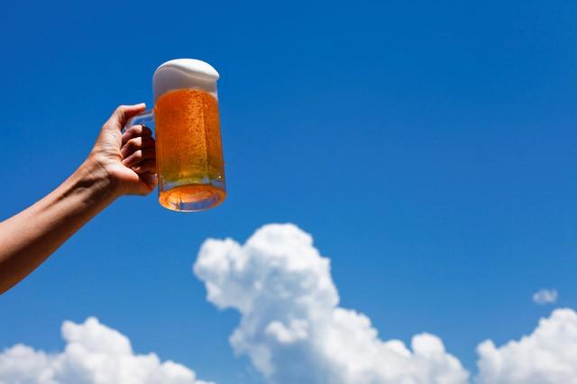 青空に輝くビールジョッキ
