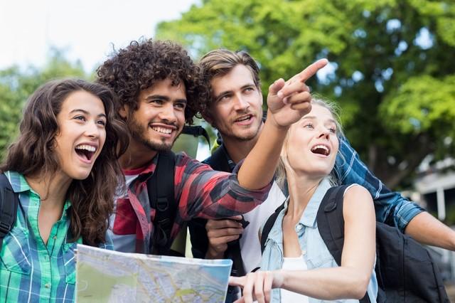 指さして微笑む4人の外国人観光客