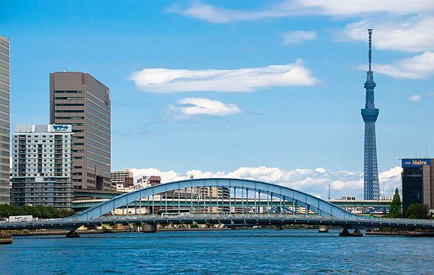 隅田川に架かる永代橋と東京スカイツリー
