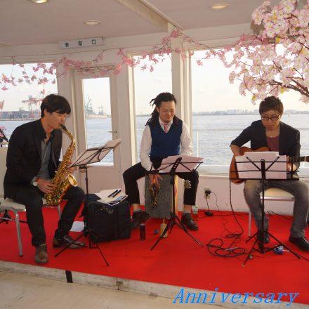 セレブリティ2号の2階フロアの桜で装飾されたステージで生演奏するJAZZバンドの3人