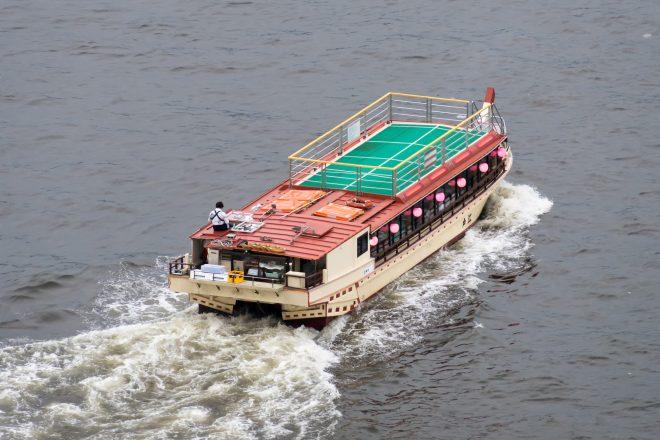 水上を走る屋形船