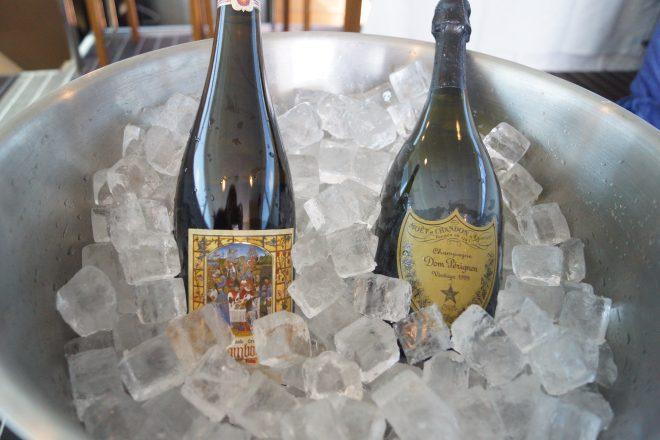 氷で冷やされたワインボトル