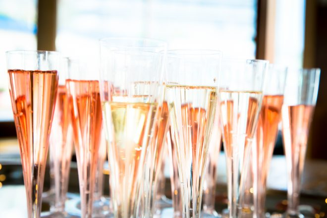 机に並ぶ薄いピンクがきれいなシャンパン