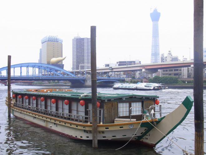 河川上に係留された屋形船