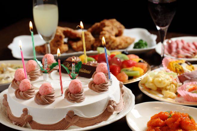 卓上に並ぶパーティー料理とケーキ