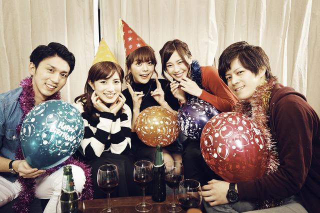 パーティーを楽しんでいるメンバーの集合写真