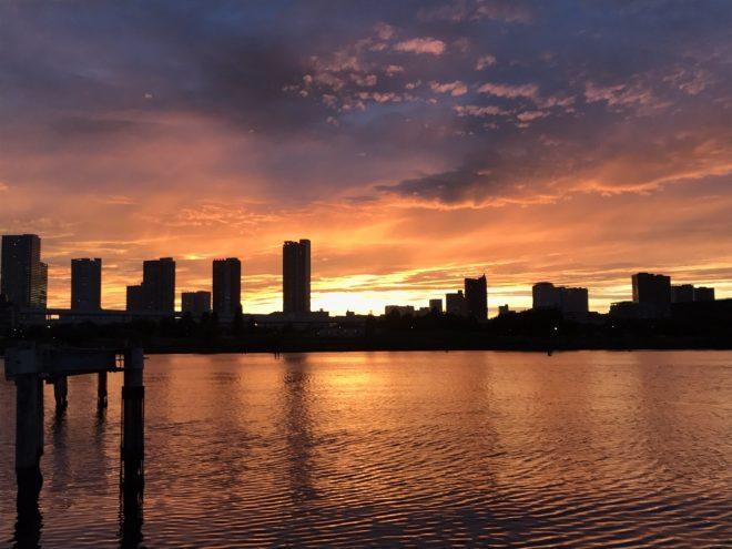 船上から眺める夕暮れの街の風景