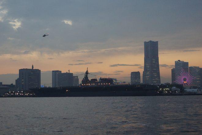 巨大船が停泊するみなとみらい地区を船上から眺めている景色