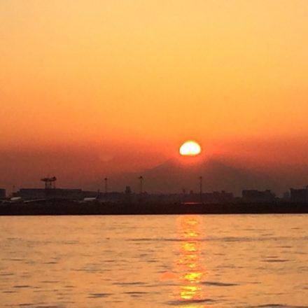 船上から眺める日の出の風景