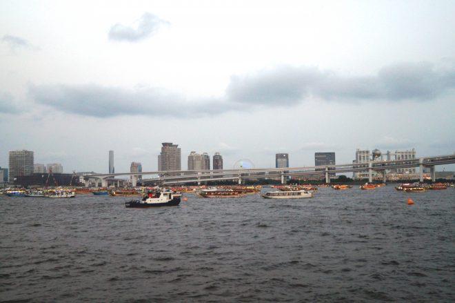 お台場の湾上に浮かぶ屋形船の数々