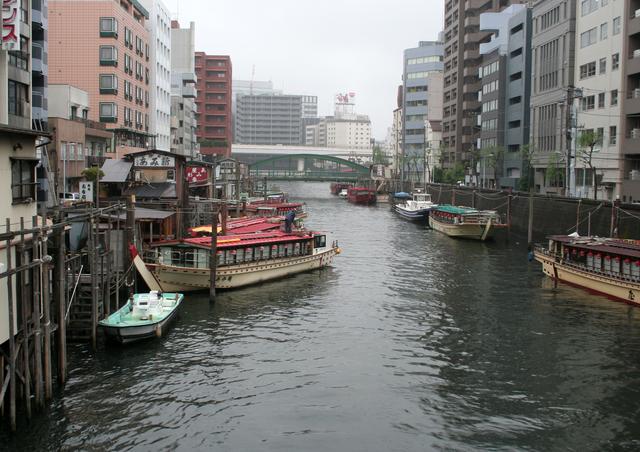 河川に係留された複数の屋形船