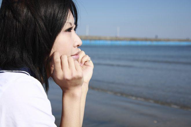 海を眺める女性の横顔