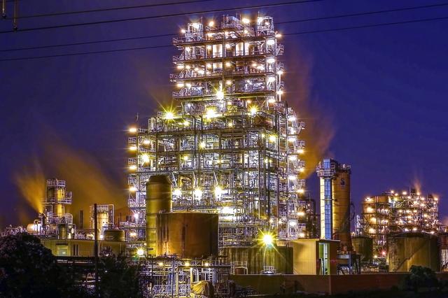 幻想的なライトアップされた工場夜景