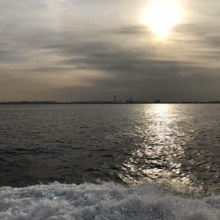 船上から眺める幻想的な海と朝焼け