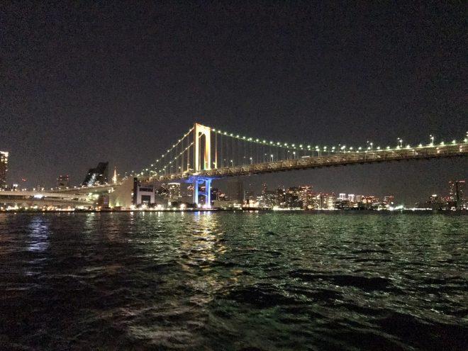 船上から眺めるライトアップされたレインボーブリッジ
