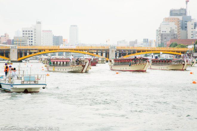 河川上に浮かぶ複数の屋形船