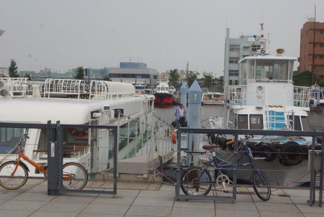 港に停泊している複数の船