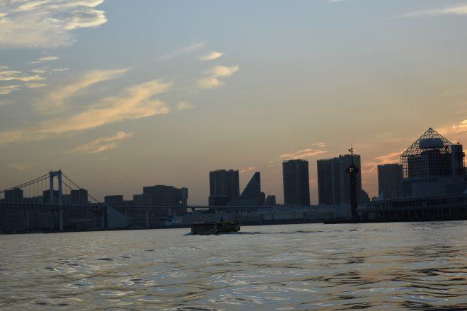 湾上に浮かぶ屋形船と街の景色