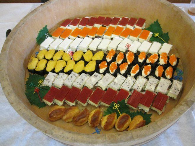 寿司桶に並ぶお寿司の数々