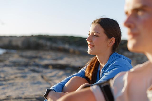 海を眺めているカップル