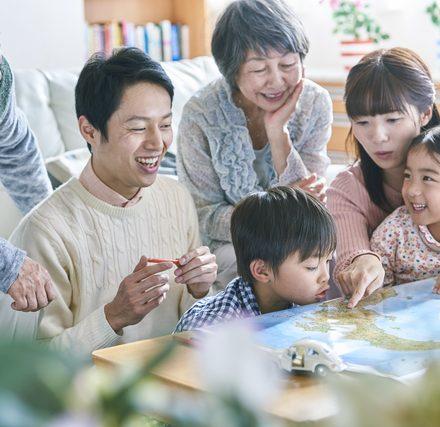 家族で楽しそうに地図を眺めている風景